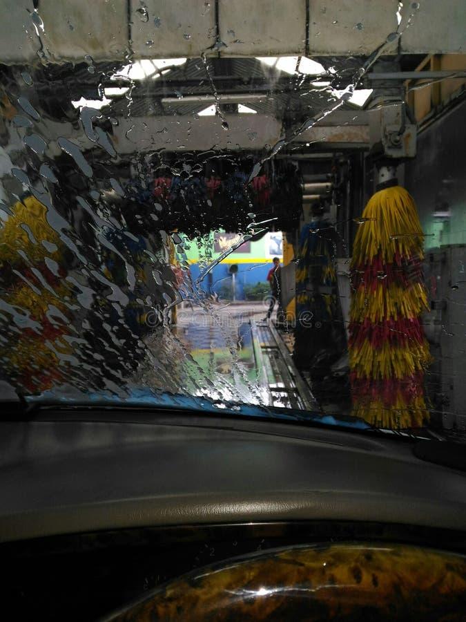 détendez à l'intérieur de la machine à laver de voiture tout en rêvassant photos stock
