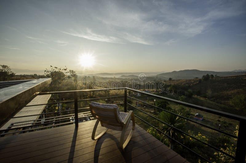Détendez avec le lever de soleil photographie stock libre de droits