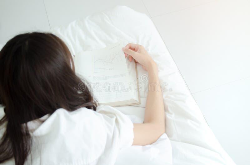 Détendez dans la chambre à coucher, lisez un livre photographie stock libre de droits