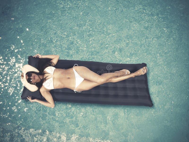 Détendez dans la piscine photos libres de droits