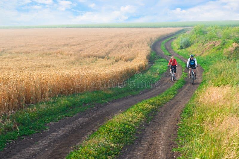 Détendez faire du vélo photos libres de droits