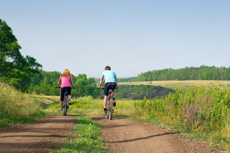 Détendez faire du vélo images libres de droits
