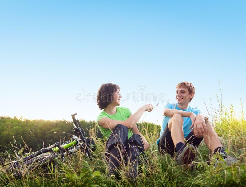 Détendez faire du vélo photos stock