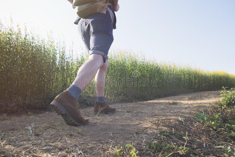 Détendez l'aventure et le mode de vie augmentant le concept d'idée de voyage photo libre de droits