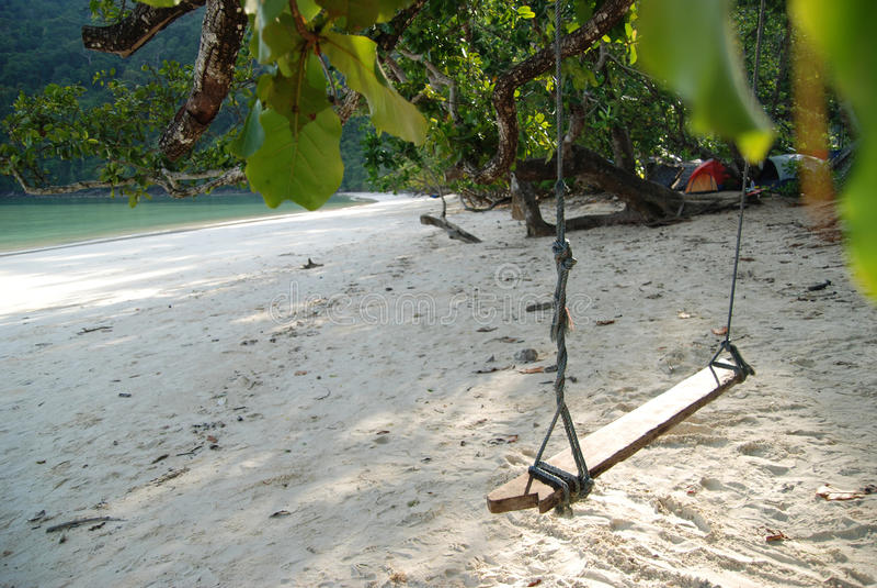 Détendez l'oscillation thaïlandaise sur la plage de froid de la Thaïlande photo libre de droits