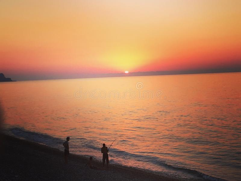 Détendez la plage du soleil de la Mer Noire de pêcheurs de mer images libres de droits