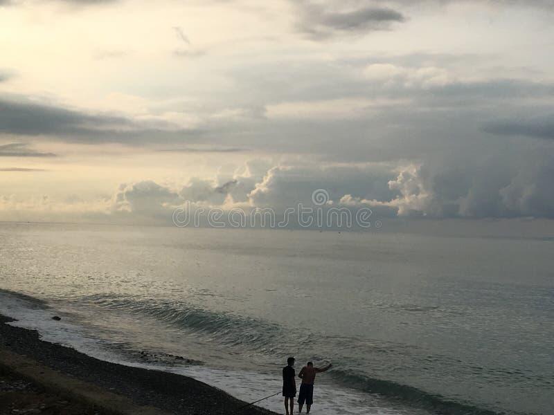 Détendez la plage du soleil de la Mer Noire de pêcheurs de mer photographie stock libre de droits