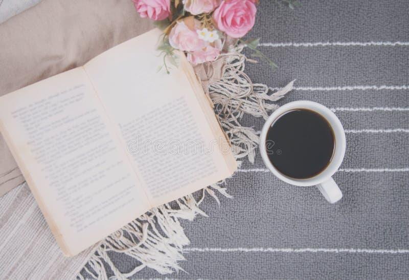 Détendez la tasse de café de la boisson chaude et lisez un livre photo stock