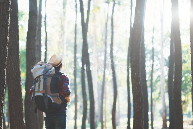 Détendez le mode de vie d'aventure augmentant le fond de concept de voyage photo libre de droits