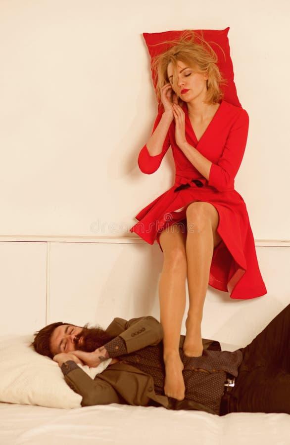 détendez les couples d'affaires détendent dans le bureau détendez de l'homme et la famille de femme d'isolement sur le blanc, cop photo libre de droits
