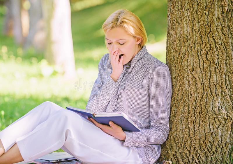 Détendez les loisirs un concept de passe-temps Les meilleurs livres d'autonomie pour des femmes Le baîllement fatigué de fille re photos stock