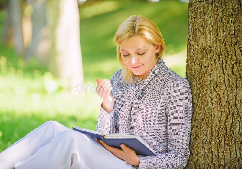 Détendez les loisirs un concept de passe-temps Les meilleurs livres d'autonomie pour des femmes Livres que chaque fille devrait l photographie stock libre de droits
