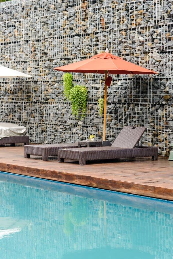 Détendez les Sun-lits près de la piscine photo libre de droits