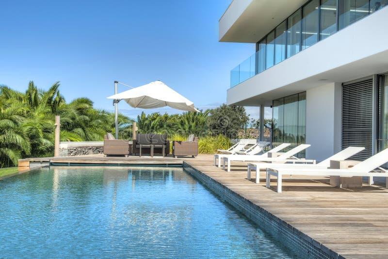 Détendez près de la piscine photos libres de droits