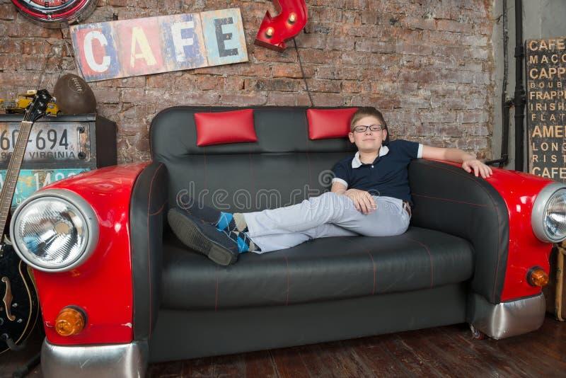 Download Détendez sur le divan photo stock. Image du bloc, garçon - 56477550