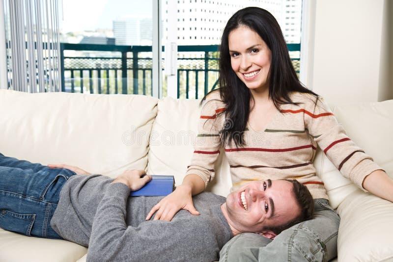 détente à la maison heureuse de couples images libres de droits