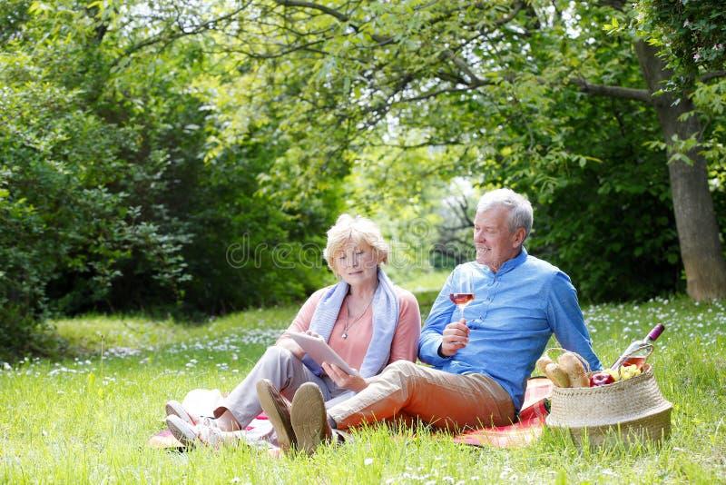 Détente aînée de couples extérieure images libres de droits