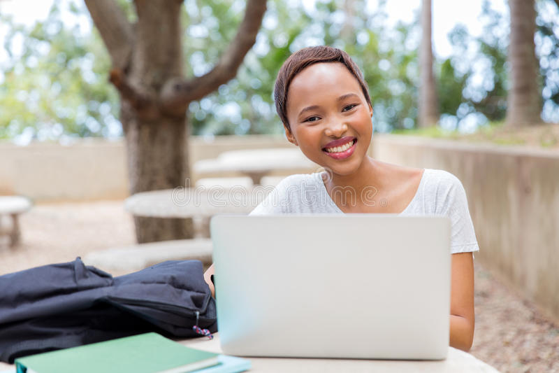 détente africaine d'étudiant universitaire photos stock