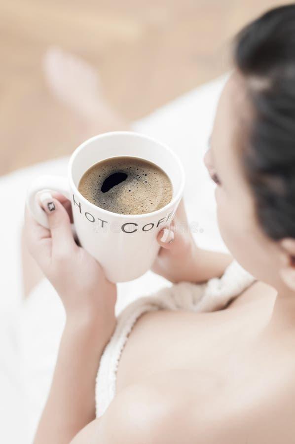 Détente avec du café image stock