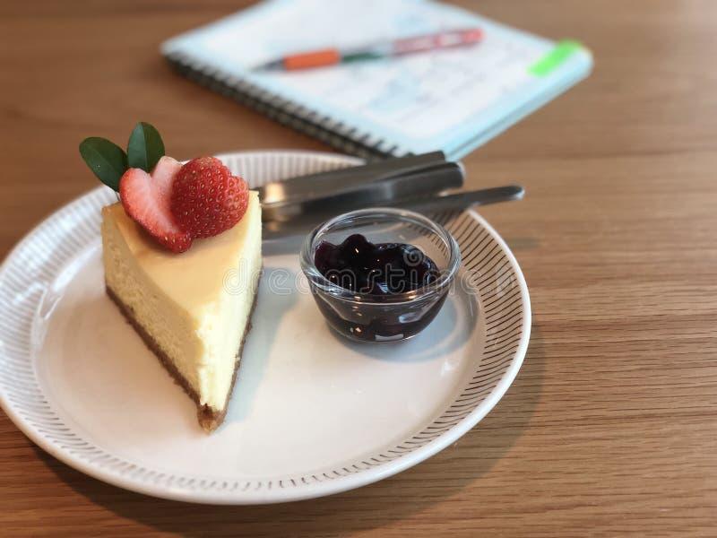 Détente avec le gâteau au fromage photographie stock libre de droits