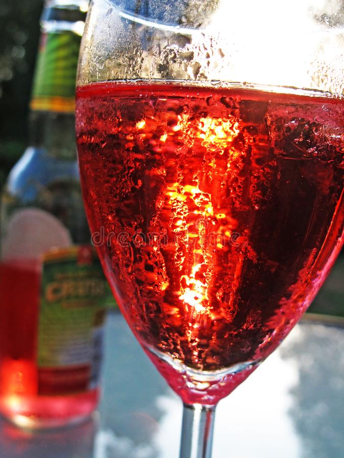 Détente avec une boisson rouge faite de cidre dans la chaleur d'été photographie stock