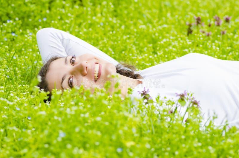 Détente dans l'herbe photographie stock
