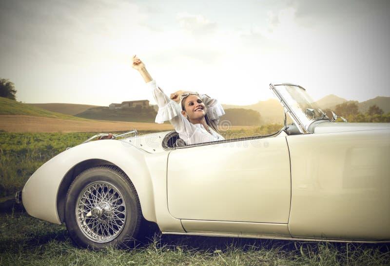 Détente dans une voiture de vintage image libre de droits