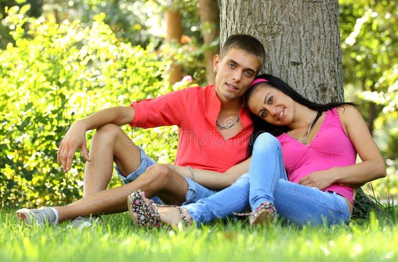 Détente de couples photo stock