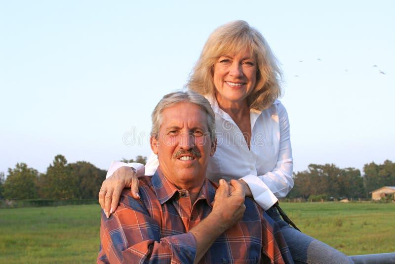 Détente de couples de ferme photo stock