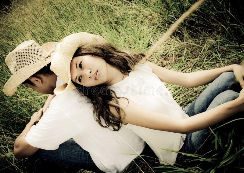 Détente de couples dos à dos photographie stock