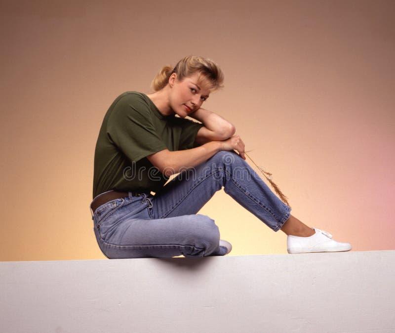 Download Détente de femme photo stock. Image du séance, beauté, jeans - 61226