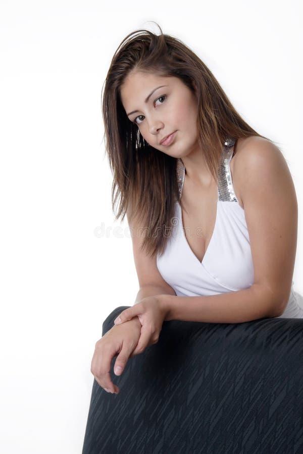 Détente de femme assez jeune photographie stock libre de droits