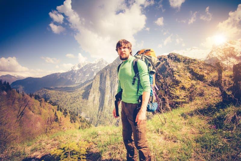 Détente de voyageur de jeune homme extérieure avec des montagnes sur le fond photos libres de droits