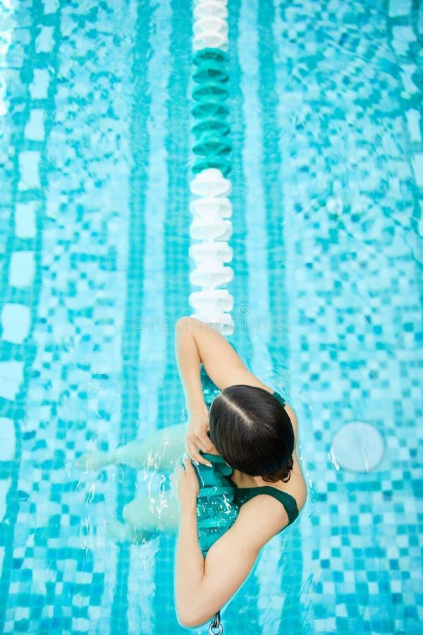 Détente en piscine photo libre de droits