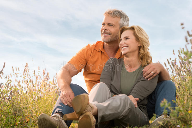 Détente mûre heureuse de couples images libres de droits