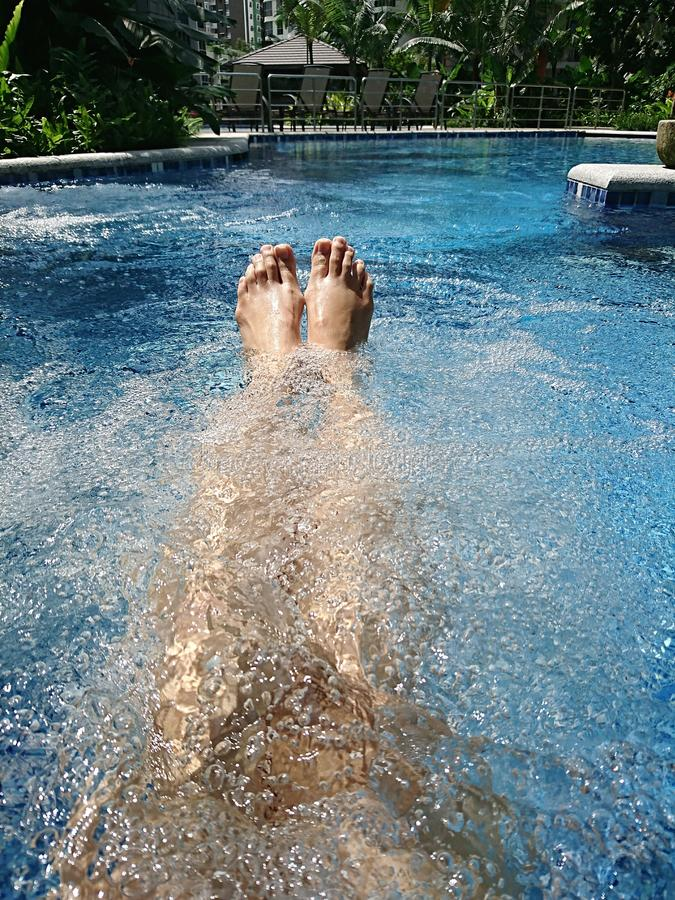 Détente par la piscine de jacuzzi images stock