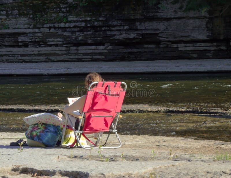 Détente par la rivière image libre de droits