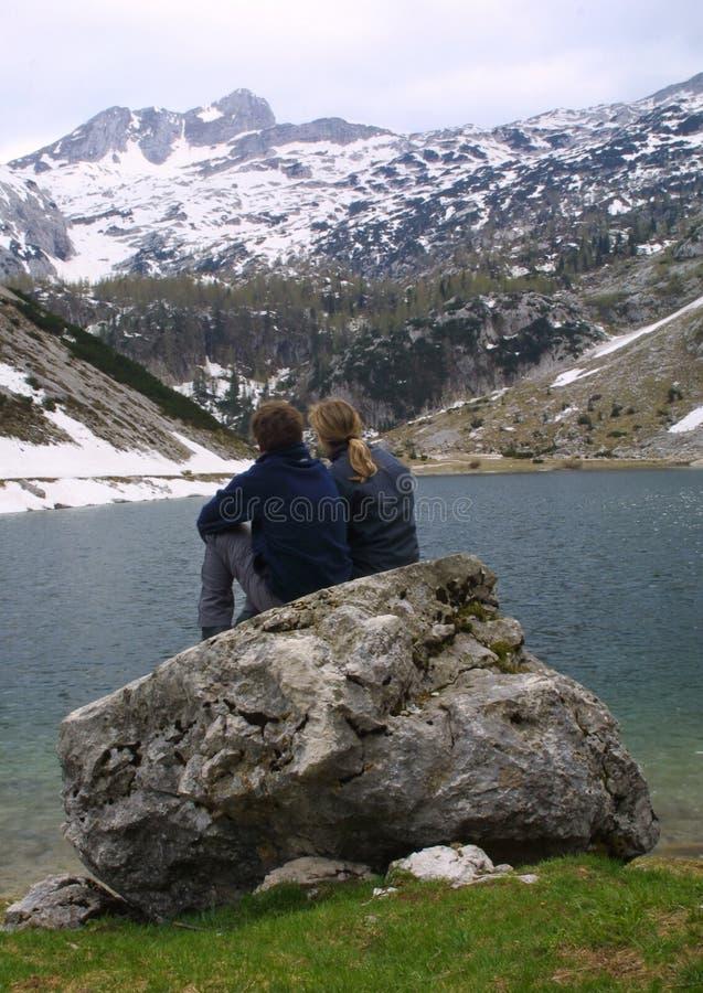 Détente par le lac photographie stock