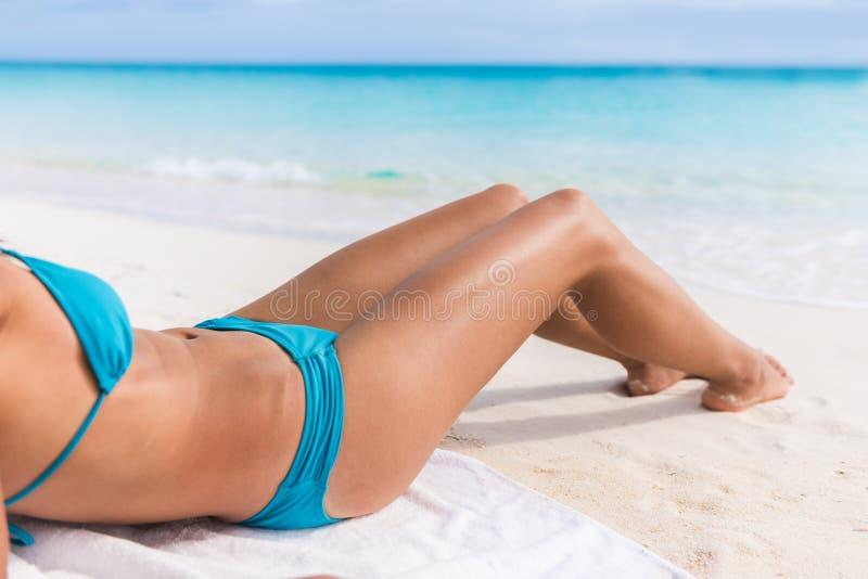 Détente sexy de femme de plage de soins de la peau de corps de bikini images stock