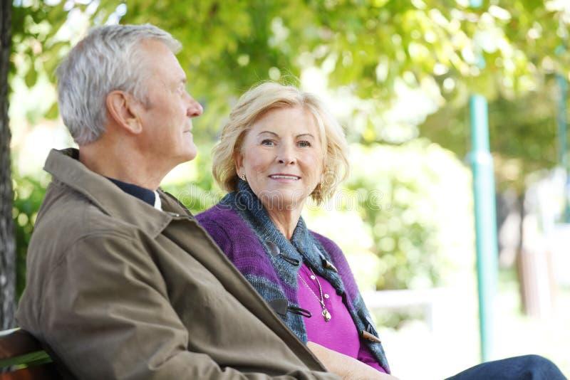 Détente supérieure de sourire de couples extérieure images libres de droits