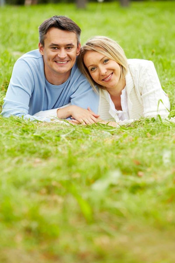 Détente sur l'herbe photographie stock libre de droits