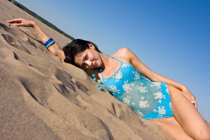 Détente sur la plage image stock