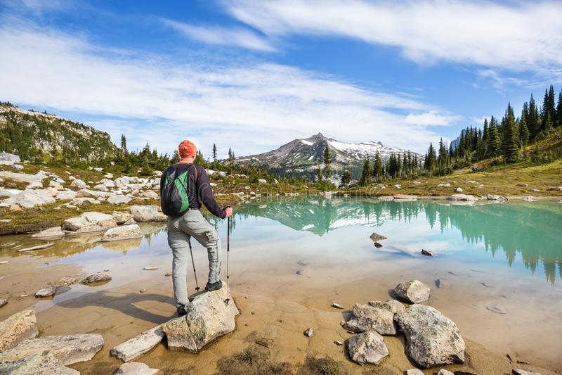 Détente sur le lac de montagne images libres de droits