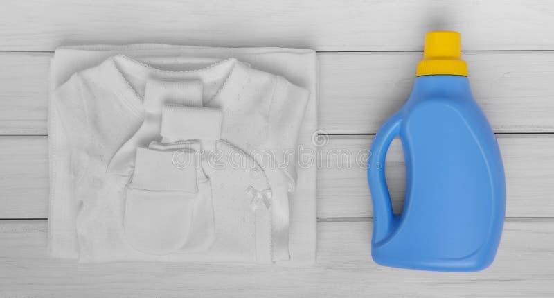 Détergent doux pour les vêtements de lavage de bébé images libres de droits