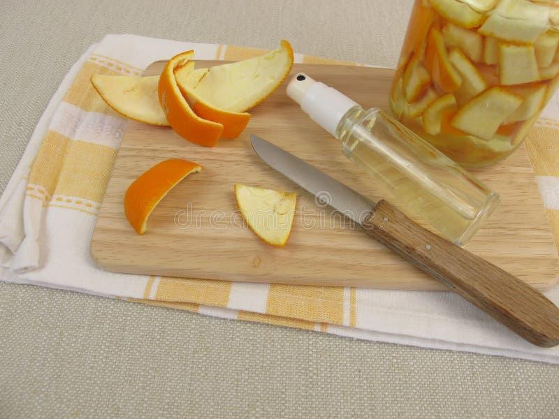 Détergent organique de ménage avec la peau d'orange et le vinaigre photos libres de droits