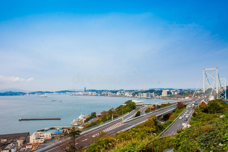 Détroit de Kanmon et pont de Kanmonkyo : Le pont de Kanmonkyo relie Honshu et Kyushu au Japon photos stock