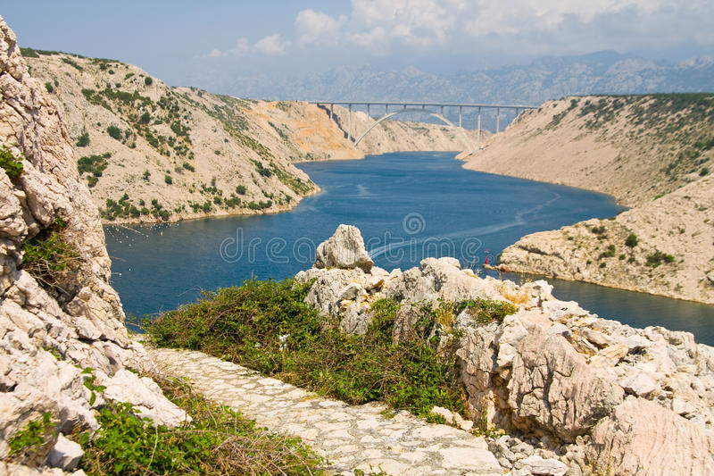 Détroit de Maslenica de la Mer Adriatique, au nord de Zadar, la Croatie photo stock