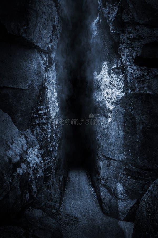 Détroit foncé, haute falaise, devant la caverne au temps froid de nuit photo libre de droits