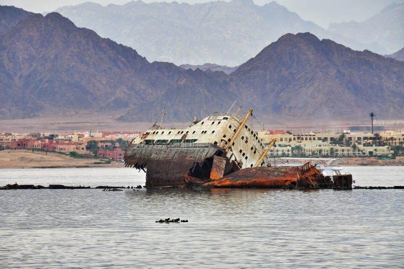 Détruisez le bateau vis-à-vis de l'île de Tiran en Mer Rouge images libres de droits