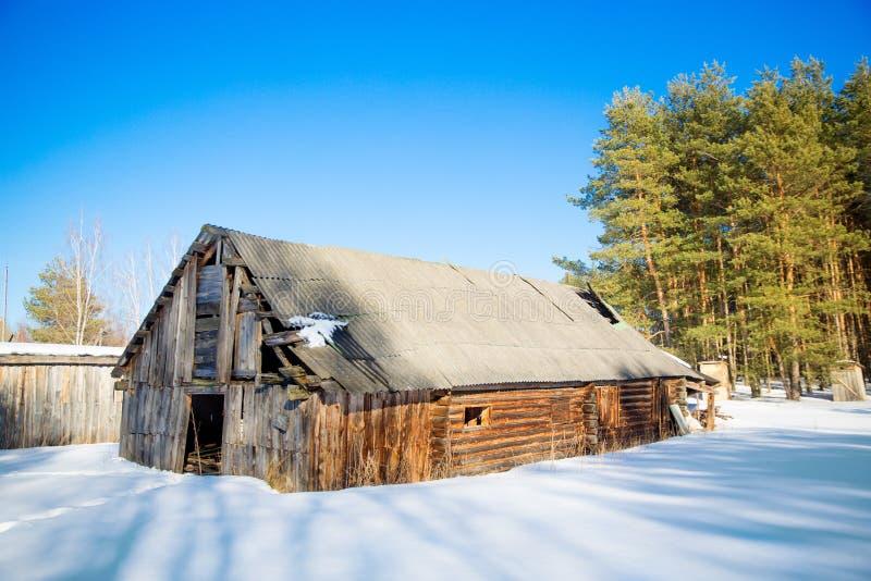 A détruit la vieille grange en bois au bord du village d'hiver photo stock